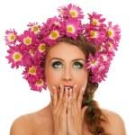 mulher bonita com flores no cabelo — Foto Stock
