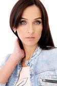 Krásná brunetka v džínách oblečení — Stock fotografie