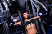 Muscular woman working out in gym — Stockfoto