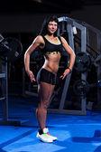 工作在健身房的美丽女人 — 图库照片