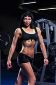 красивая женщина, тренируясь в тренажерном зале — Стоковое фото