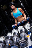 Schöne frau, trainieren sie im fitnessstudio — Stockfoto