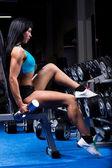 Mujer hermosa en un gimnasio — Stok fotoğraf