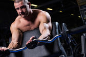Muscular man in a gym — Stockfoto