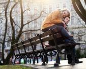 Beau couple dans le parc — Photo