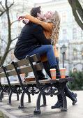 公園で美しいカップル — ストック写真