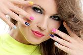 Garota tem coloridas, unhas e maquiagem — Fotografia Stock