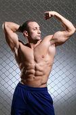 Fitness. hombre hermoso, fuerte y sus músculos — Foto de Stock