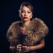 Retro attractive woman wearing fur — Stock Photo