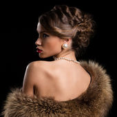 Retrò donna attraente che indossa pellicce — Foto Stock