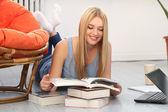 Schöne blonde Frau mit Büchern — Stockfoto