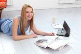 блондинка женщина с журнала и ноутбук — Стоковое фото