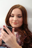 Donna sul pavimento con il cellulare — Foto Stock