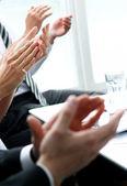Mani di businesspeople applaudire durante una riunione — Foto Stock