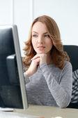 Mujer hermosa en la oficina — Foto de Stock