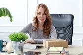 Roztomilá dívka v kanceláři — Stock fotografie