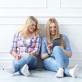 Melhores amigas com tablet — Fotografia Stock