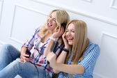 Best friends listen music — Stock Photo