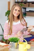 Mulher com tablet e sorriso largo — Foto Stock
