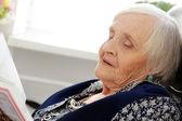 Anciana con libro — Foto de Stock
