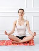 Kvinna under yoga övning — Stockfoto