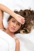 Mulher bonita na cama — Fotografia Stock