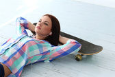 Adolescente con skateboard — Foto Stock