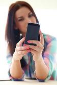 Adolescent avec téléphone portable — Photo