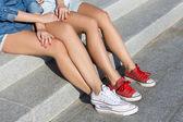 Melhores amigos sentado na escada — Fotografia Stock
