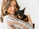 Atractiva mujer con perro — Foto de Stock