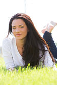 Attractive girl on the grass — Stockfoto