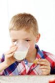 Chlapec s sklenici mléka — Stock fotografie