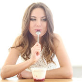 Mulher comendo iogurte — Fotografia Stock