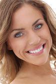 Geniş bir gülümseme ile güzel bir kadın — Stok fotoğraf