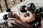 Mocný muž během cvičení — Stock fotografie