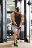 Мощный мужчина во время тренировки — Стоковое фото