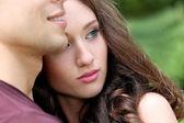Giovane coppia nel parco — Foto Stock