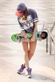 Jeune fille au skatepark — Photo