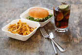 Hamburguer saboroso com batatas fritas — Fotografia Stock
