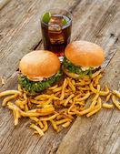 Вкусные гамбургеры на столе — Стоковое фото