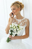 Attractive bride with beautiful bouquet — Zdjęcie stockowe