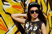 Adolescent attrayant dans un chapeau sur la rue — Photo