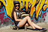 Attractive teen in a cap on the street — Fotografia Stock