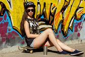 Sokakta bir kap içinde çekici teen — Stok fotoğraf