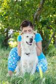 Leuk meisje met schattige hond — Stockfoto