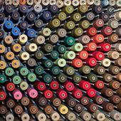 Kołowrotki nićmi kolorowe — Zdjęcie stockowe