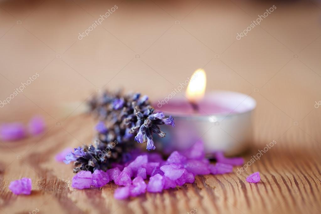sfondo spa candela con bagni di sale e rametti di lavanda foto stock