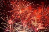 Fogos de artifício vermelhos no céu noturno — Fotografia Stock