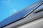 Kolektorów słonecznych na dachu — Zdjęcie stockowe