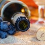 Empty bottle, cork, grapes. — Stock Photo #1644901